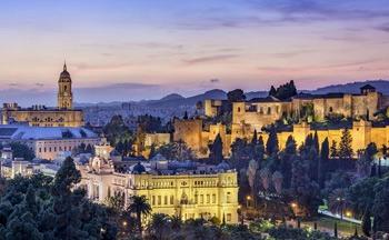 Vista nocturna de Málaga monumental y Castillo de Gibralfaro Málaga