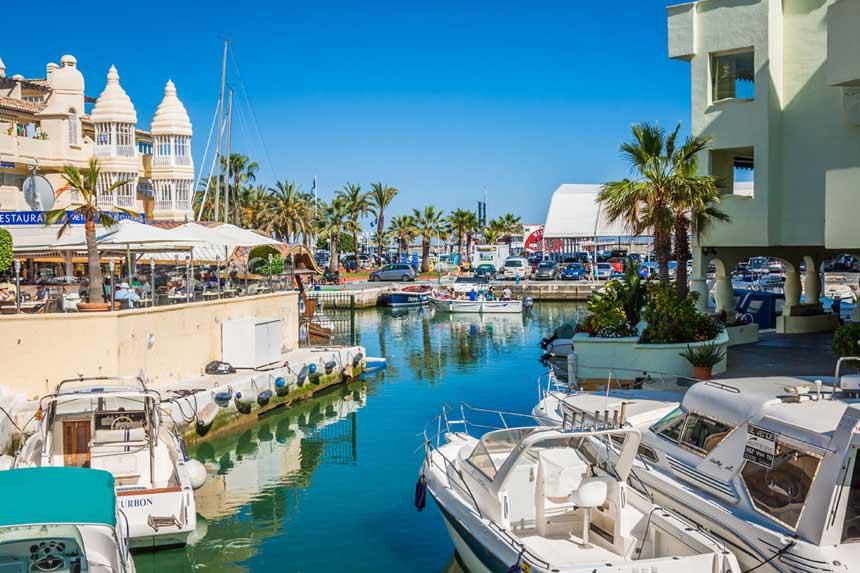 terrazas y barcos amarrados en el puerto de benalmadena en la costa del sol