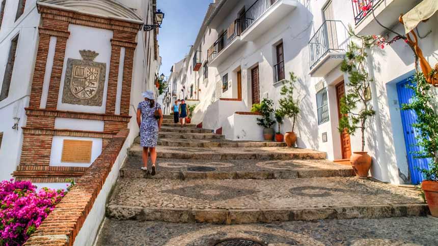 turista subiendo por una calle en frigiliana Malaga