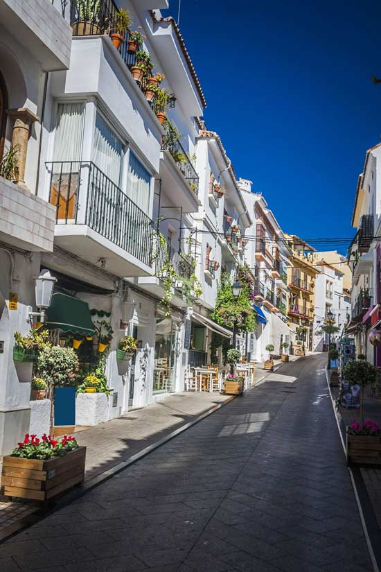 Calle-estrecha-Marbella,-Malaga