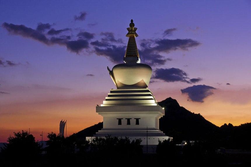 Estupa-Budista-Benalmadena-al-atardecer,-Benalmadena-4