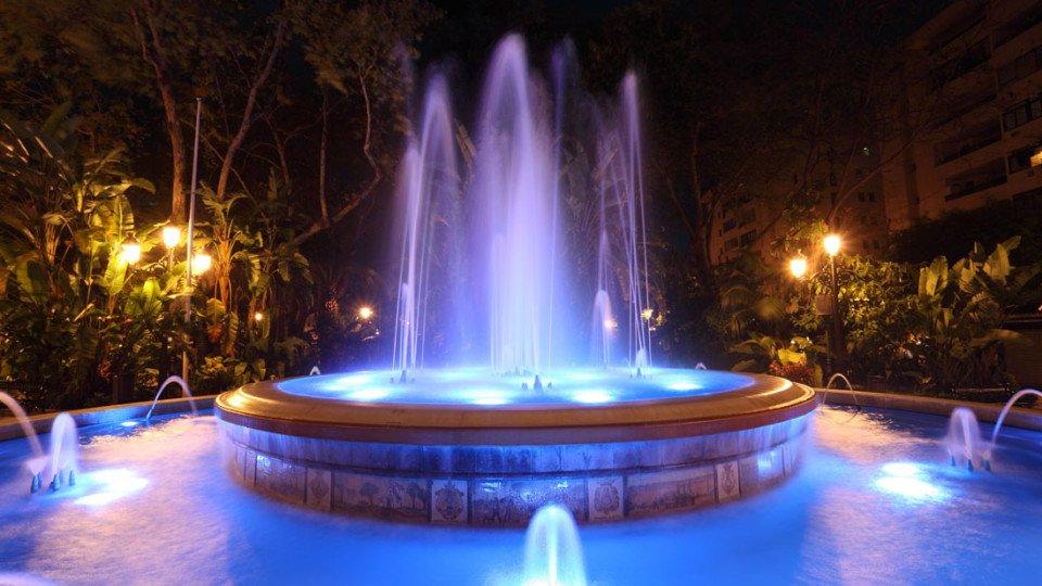 Fuente de la Alameda iluminada en el Casco historico de Marbella