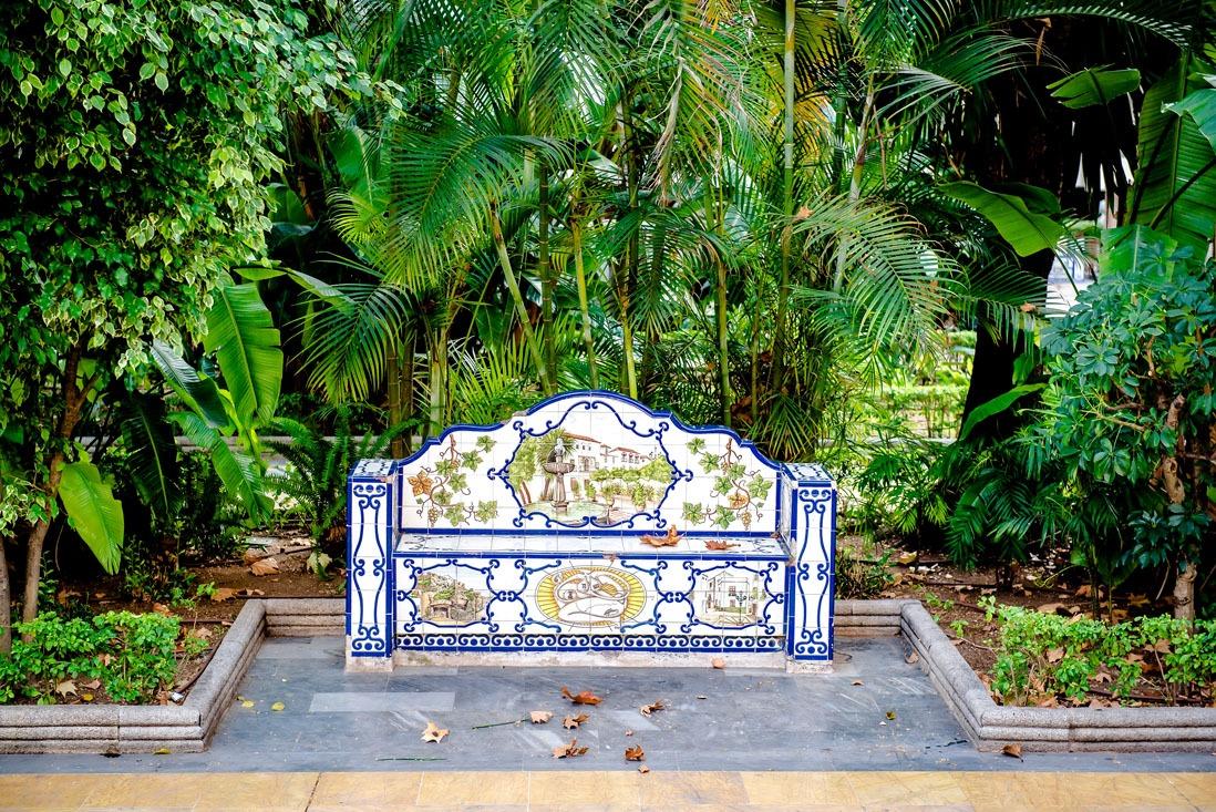 Bonito banco con azulejos azules en el parque de la Alameda