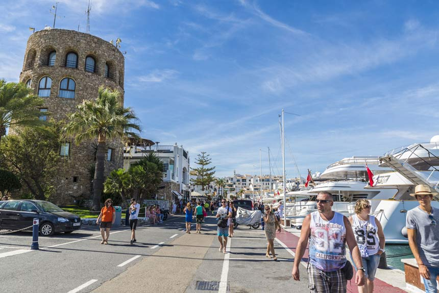 Paseo-maritimo-Puerto-Banus,-Malaga