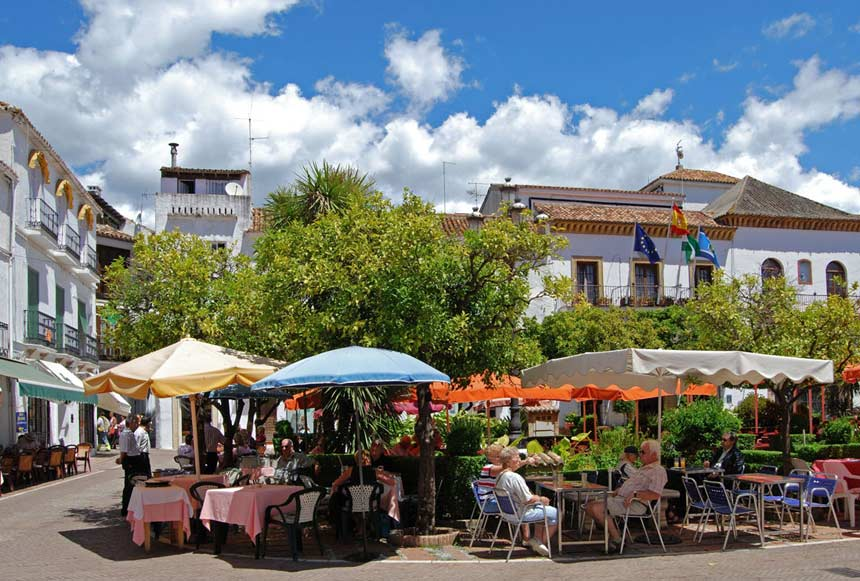 terrazas de la plaza de los Naranjos de Marbella