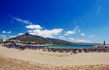 Tumbonas y parasoles en la playa de Puerto Banus