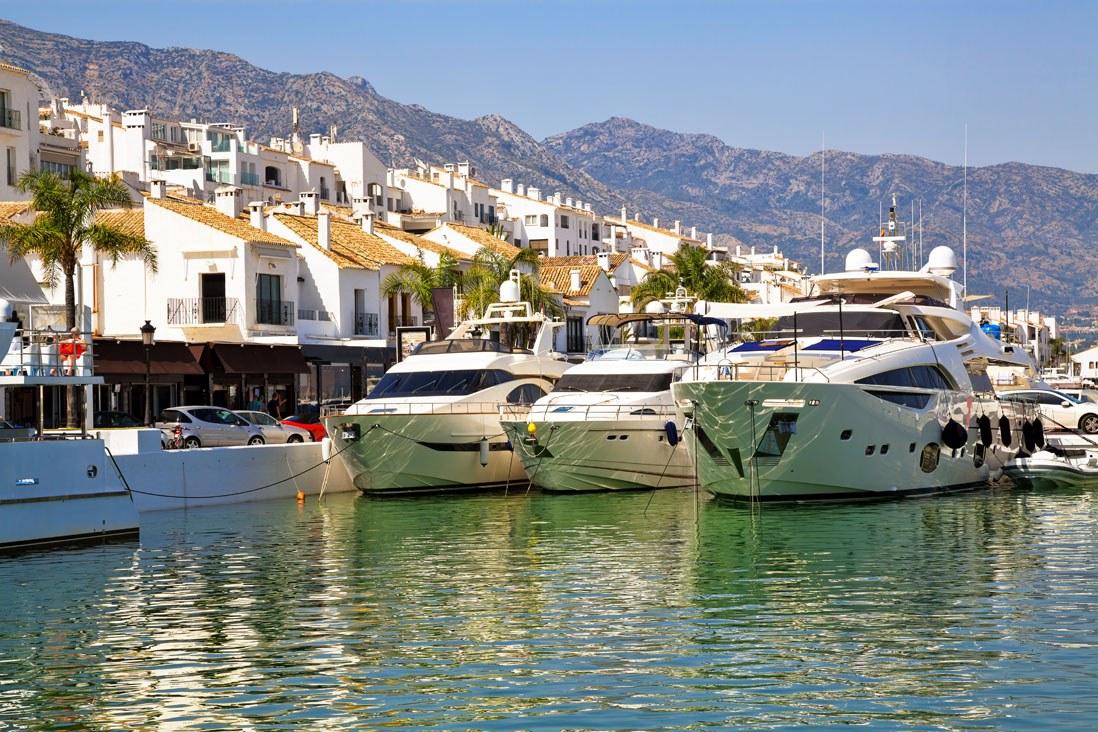 Barcos de lujo en Puerto Banus, Malaga