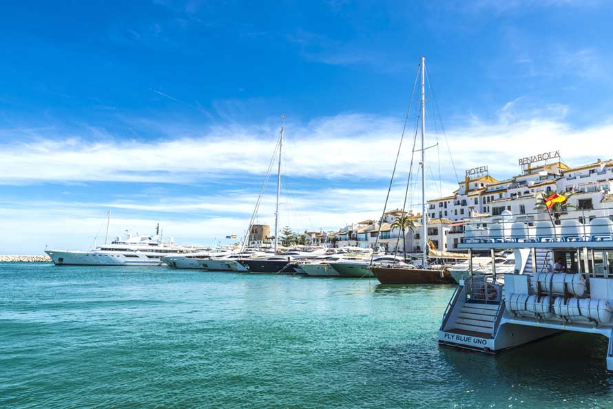barcos de lujo amarrados en puerto banus