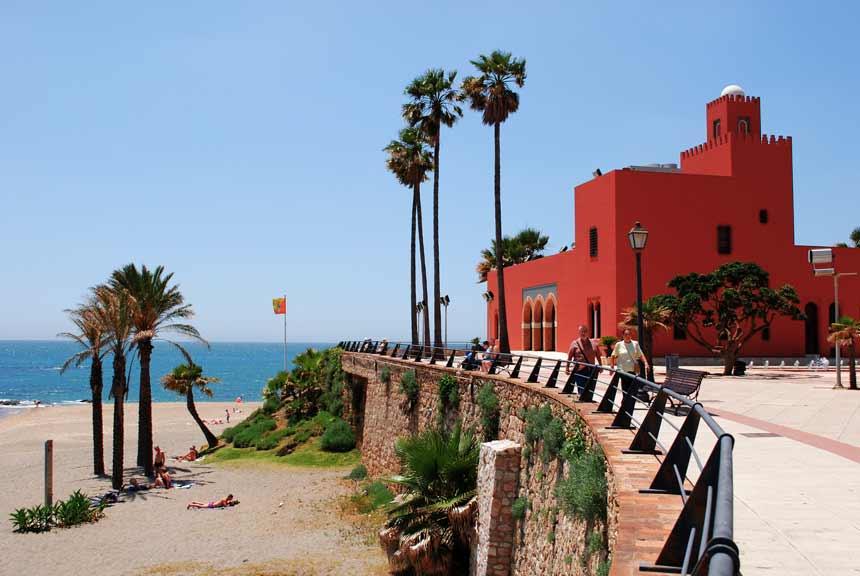 castillo Bill Bill frente a la playa en Benalmádena