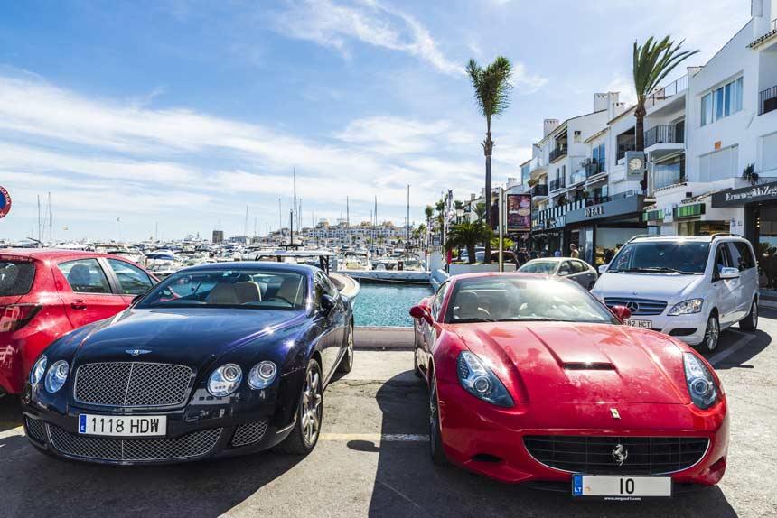 coches-de-lujo-en-puerto-Banus-Marbella