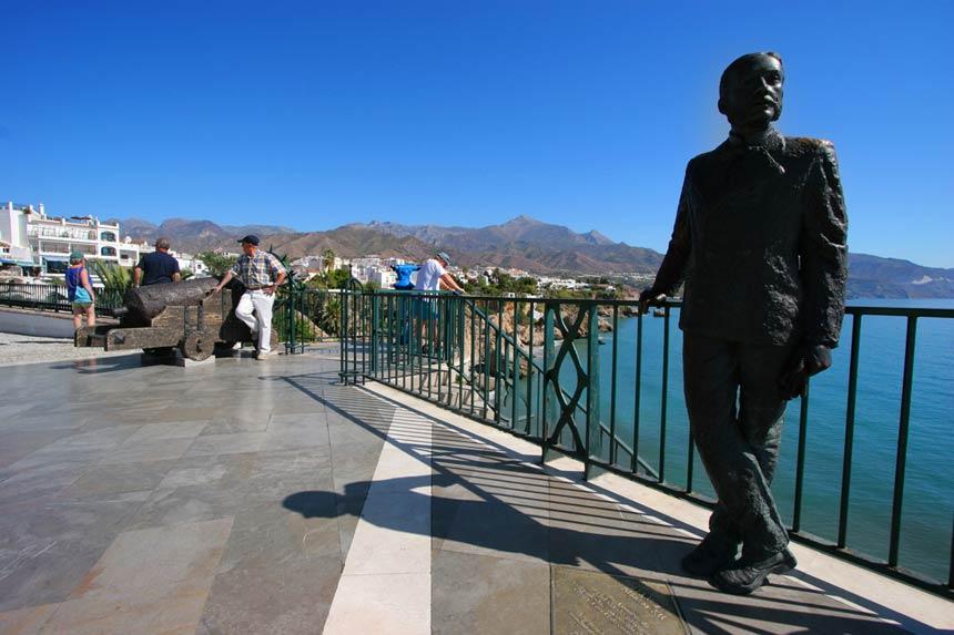 Estatua alfonso X en el balcon de europa en la costa del sol