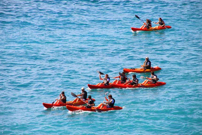kayakistas navegando en las playas de Maro