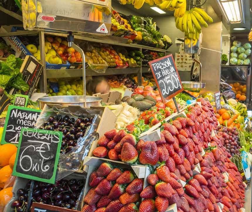 Puesto de frutas del Mercado Central de Málaga