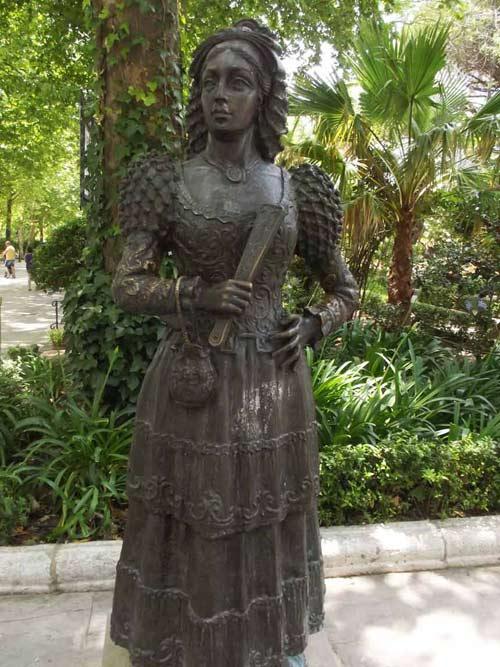 Estatua dedicada-a-la-dama-goyesca-en-el-parque-de-la-alameda-en-Malaga-ciudad