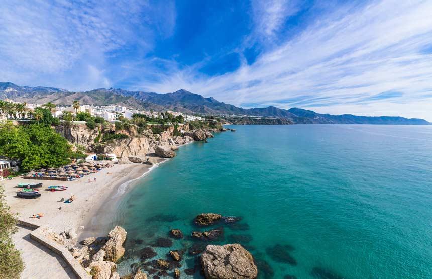 vista panoramica de la costa del nerja y la playa de Calahonda desde el balcon de Europa