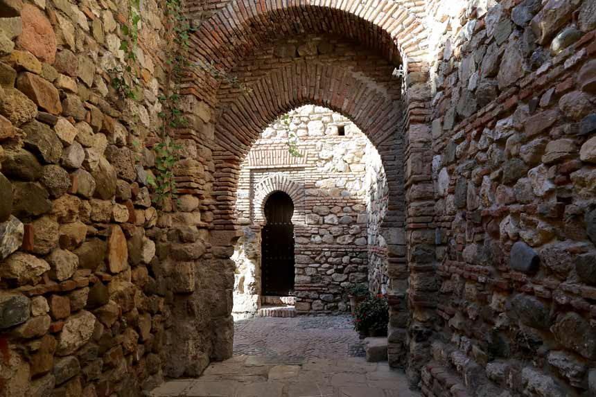 puertas arabes interior castillo de Gibralfaro en Malaga