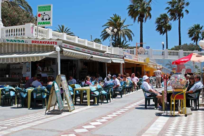 turistas en las terrazas de la playa de Benalmadena