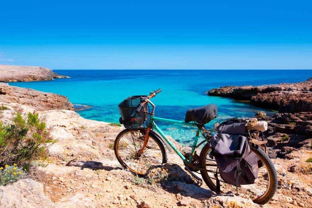 Mallorca con niños Bicicleta frente a la playa cala Talaier