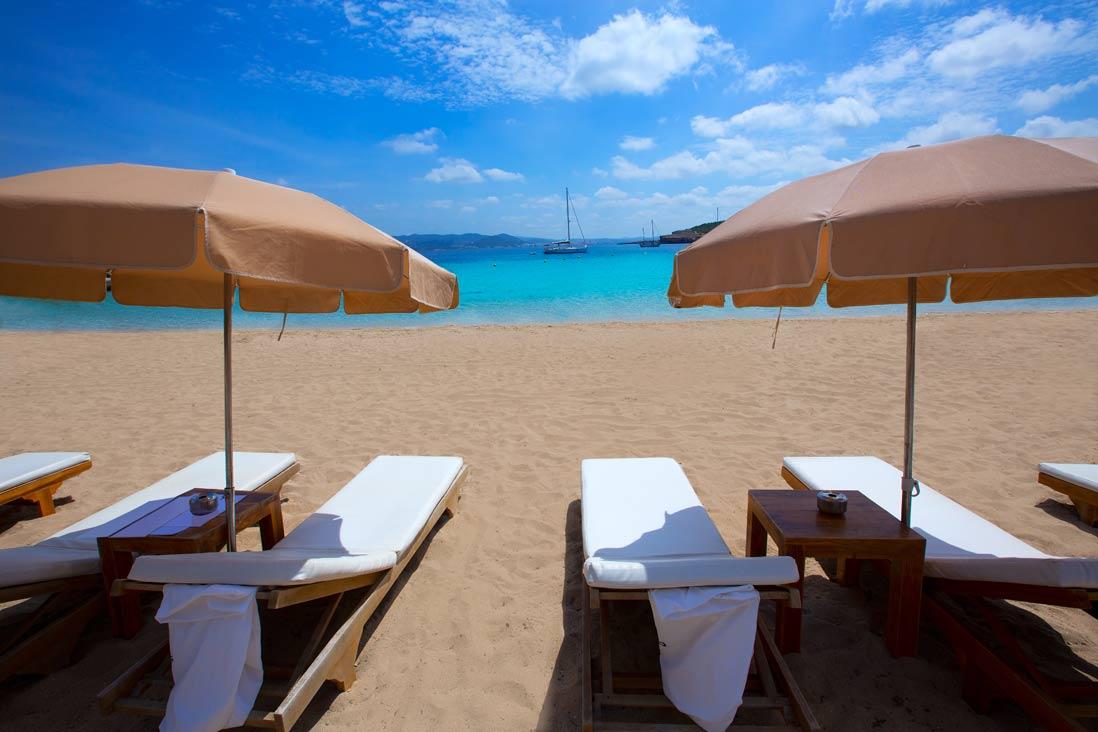 tumbonas en cala bassa en sant josep de sa talaia en Ibiza
