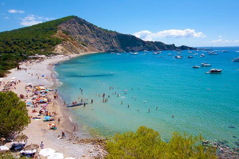 vista panoramica de la playa Es Jondal en Ibiza