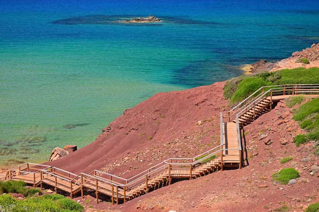 Escaleras hacia cala Pilar en Menorca