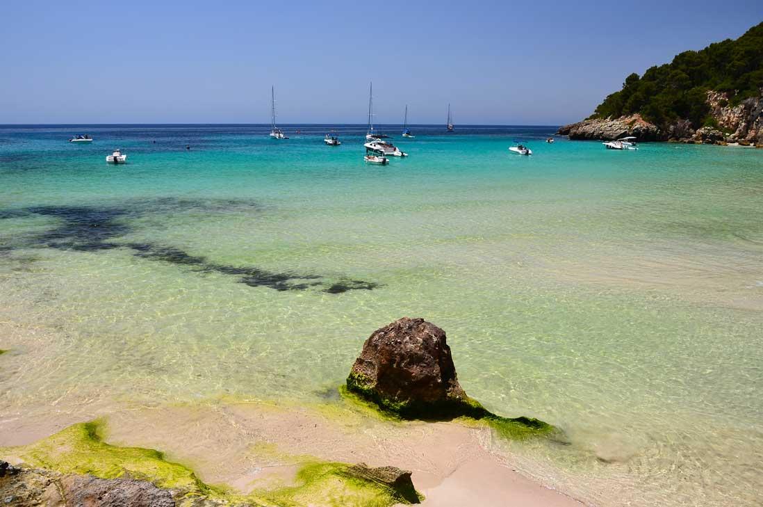 Aguas cristalinas en Playa Trebaluger al sur de Menorca