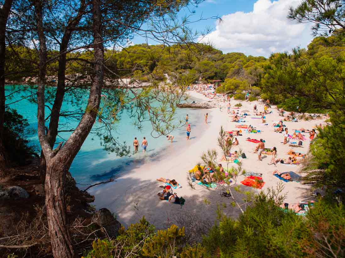 Bañista en Cala Turqueta en Menorca
