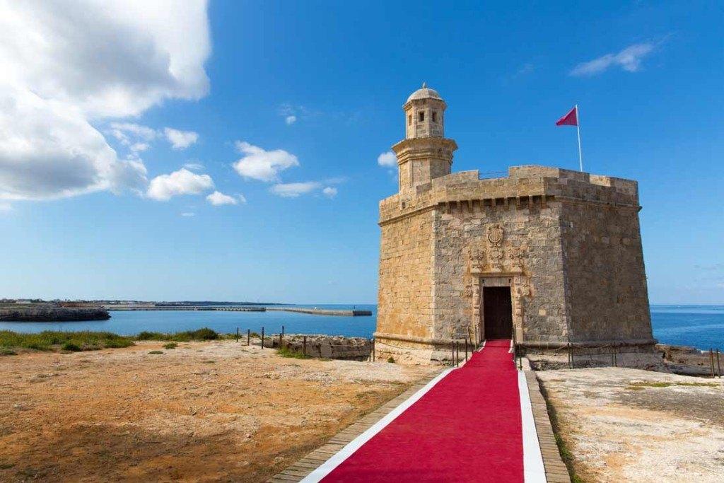 Castillo de Nicolau en la entrada del puerto de Ciutadella junto al Mar, Menorca