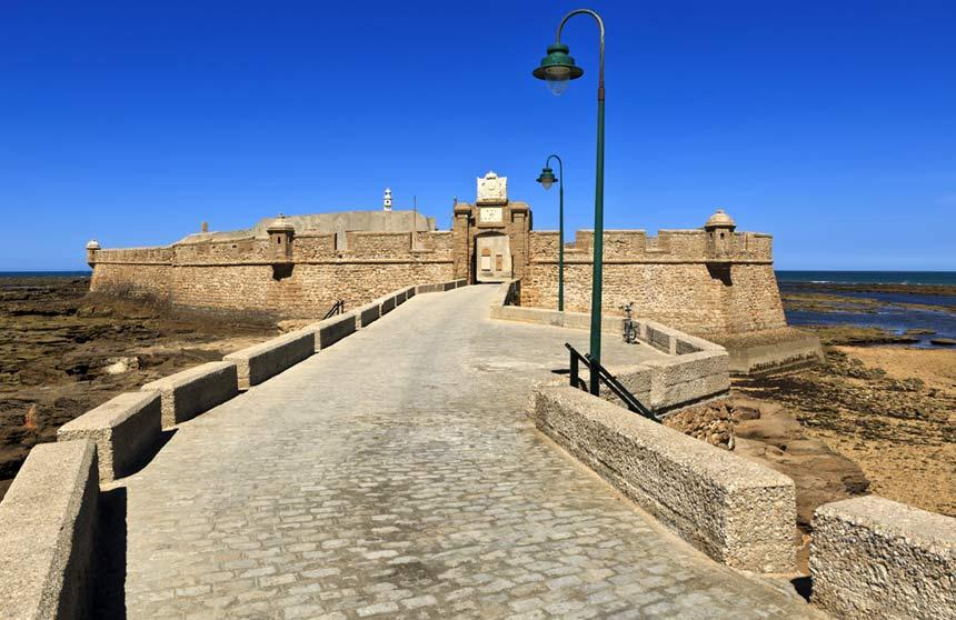 puerta de entrada al antiguo castillo amurallado de San Sebastian en la playa de la Caleta
