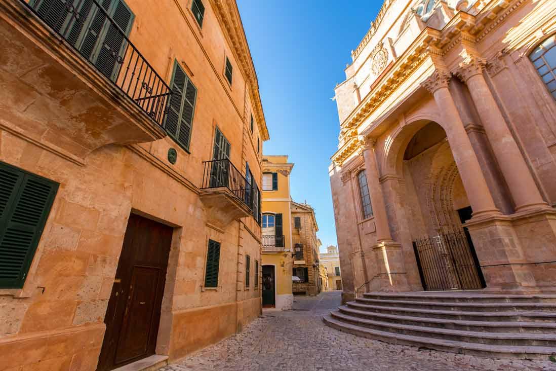 escaleras de la Catedral de Ciuadella de Menorca en las Islas Baleares