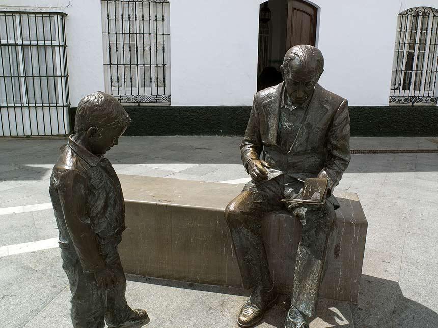 plaza de España en Conil de la Frontera estatua de Jose Saramago