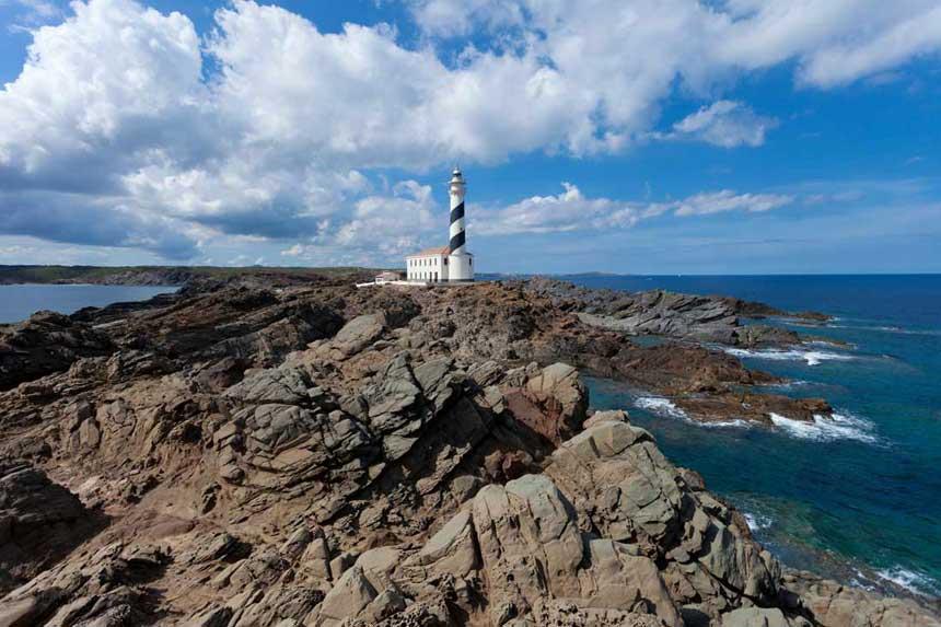 Espectacular paisaje del Faro Favaritx al noreste de la isla. Rocas de pizarra negras forman un paisaje lunar