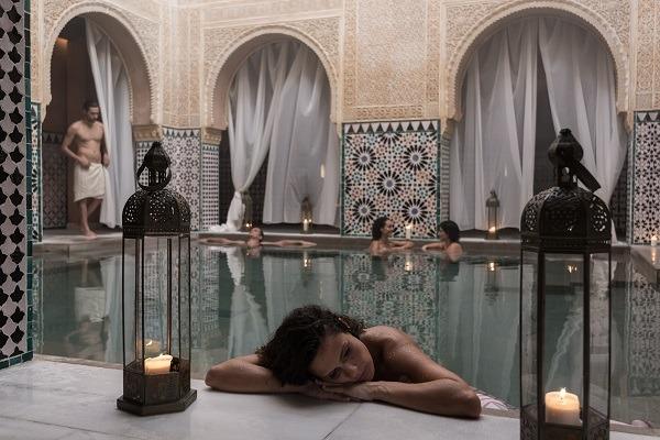 Chica relajada en un baño del Hammam Al-Andalus Costa del Sol