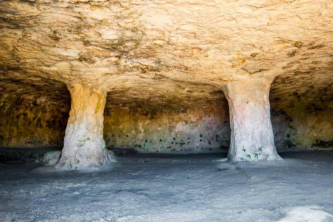 Interior cueva de la Necropolis Talayónica de Cala Morell de Menorca en las islas baleares