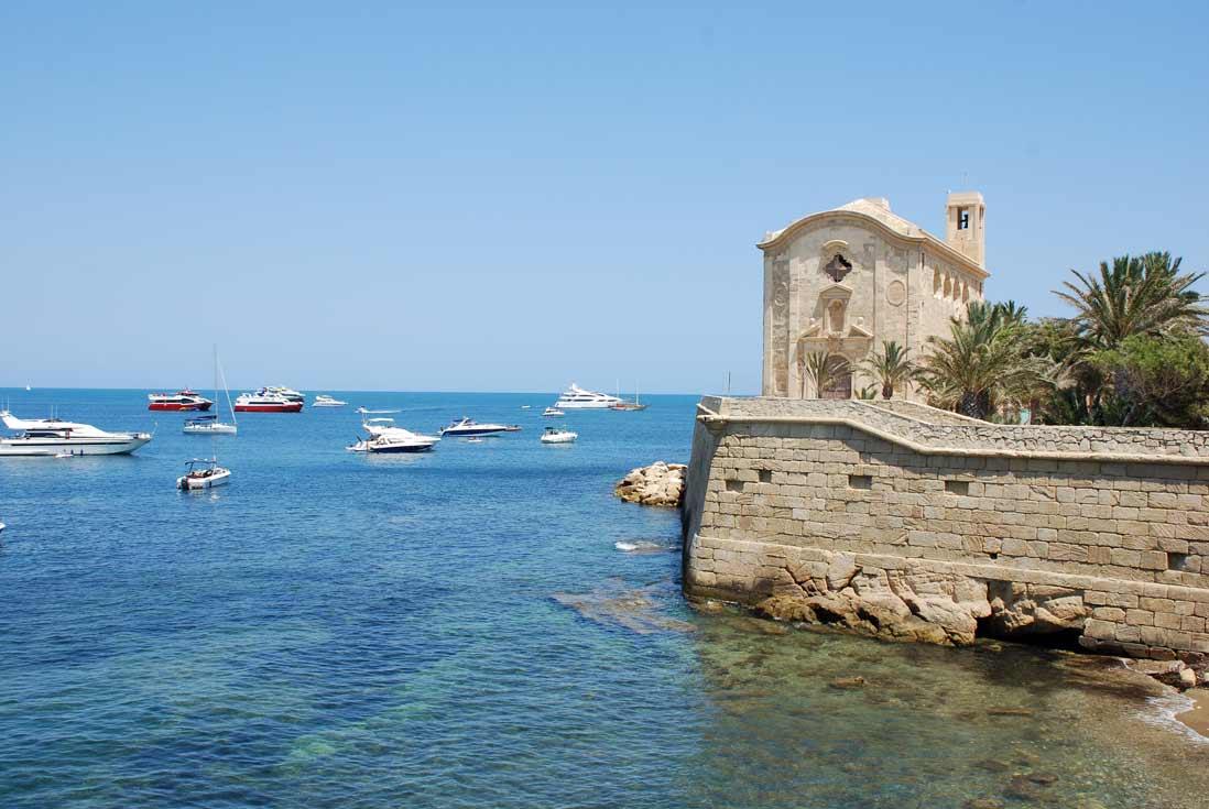 Imprescindibles de Alicante barco amarrados en la isla de Tabarca