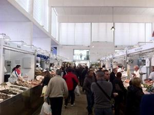 Imprescindibles de Cádiz Mercadode Abastos de Cádiz lleno de gente