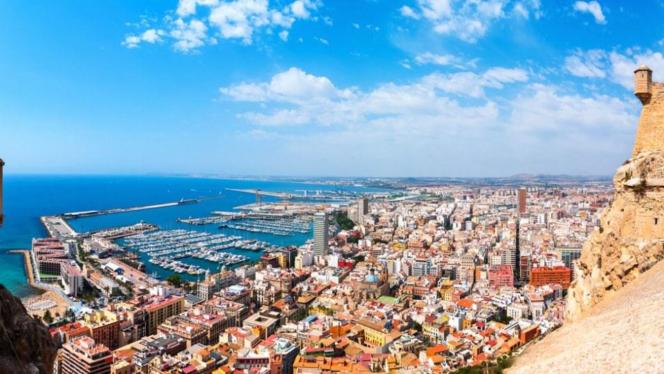 vista panoramica desde el castillo de santa barbara en la ciudad de Alicante