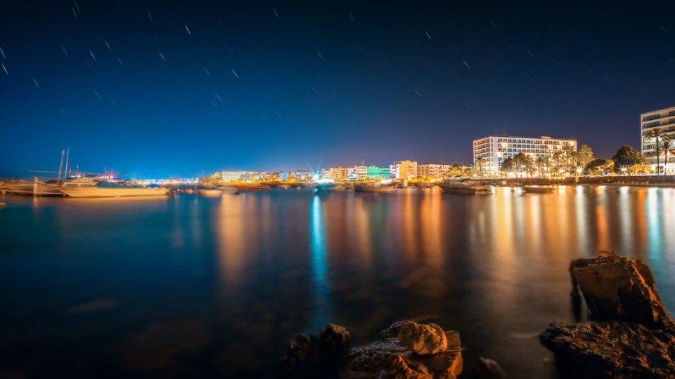 Vista panoramica nocturna de Sant Antoni de Portmany, Ibizaa