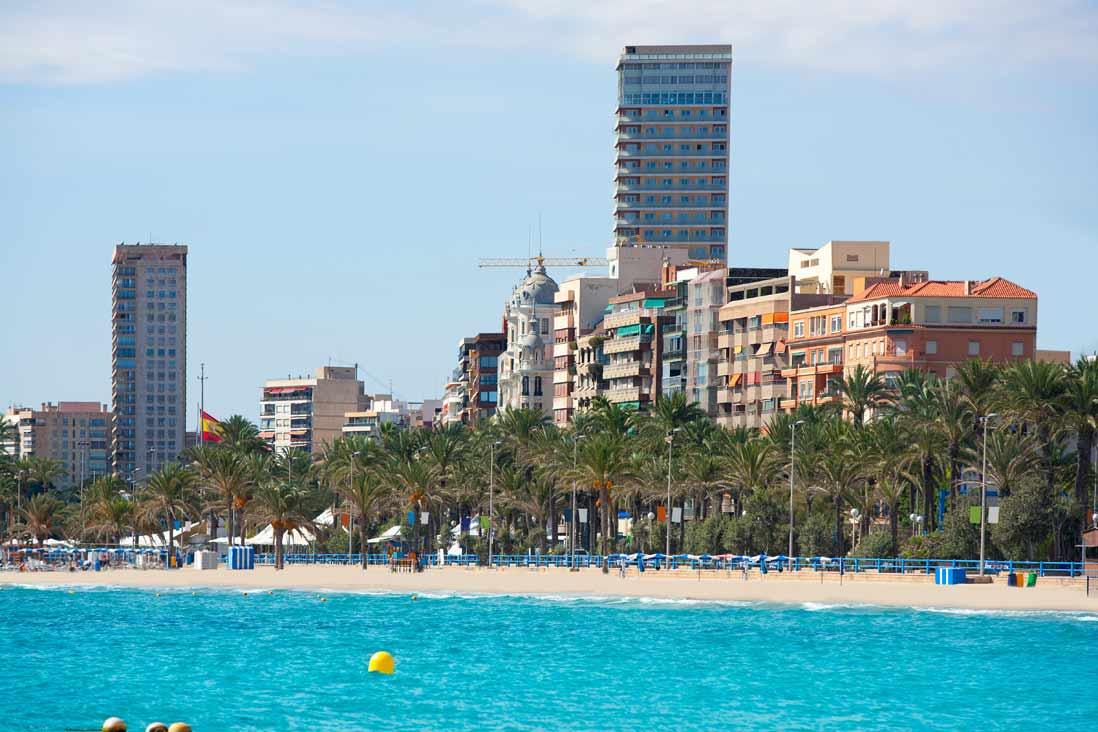 Panoramica desde el mar del paseo de la Esplanada de Alicante