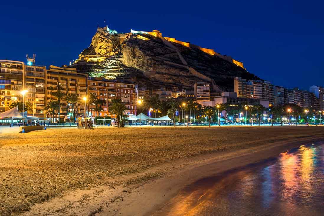 Paseo de la Esplanda de Alicante por la noche