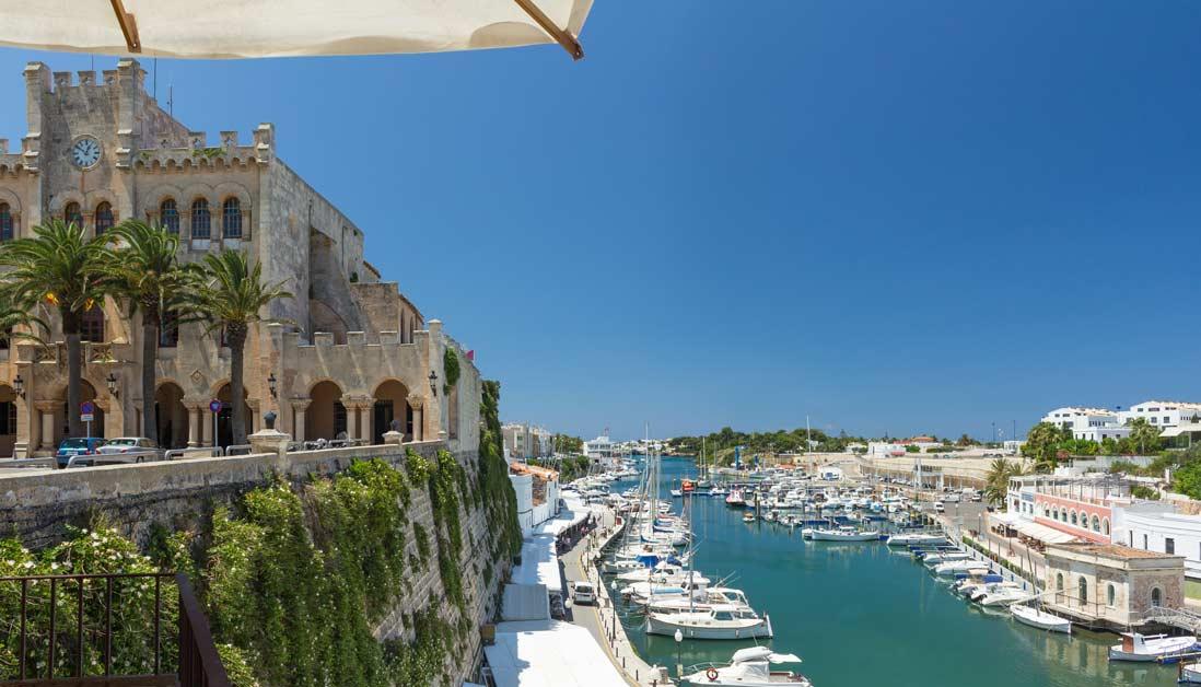 Vista panoramica del puerto de Ciutadella en Menorca