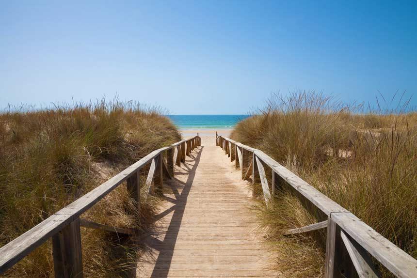 Pasarela de madera en la playa del Palmar de Conil de la Frontera