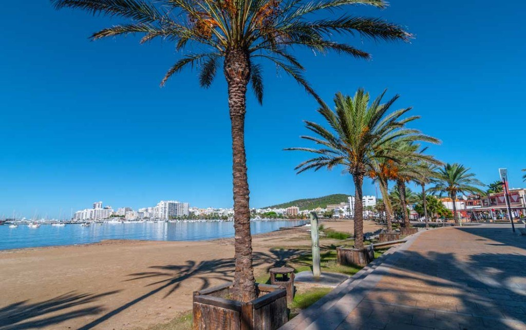 Paseo maritimo junto a la playa en Sant Antoni de Portmany, isla de Ibiza