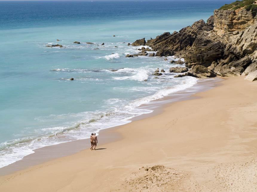 Gente desnuda paseando por la playa de Roche en Conil de la Frontera