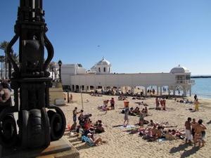 Imprescindibles de Cádiz Bañistas en la Playa de la Caleta de Cádiz