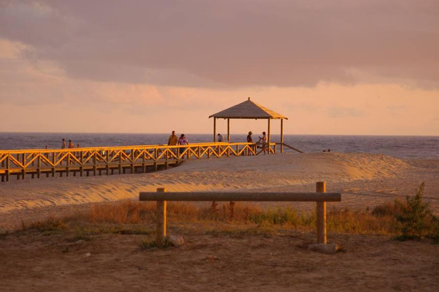 Pasarela de madera en la playa de los Bateles en Conil de la Frontera