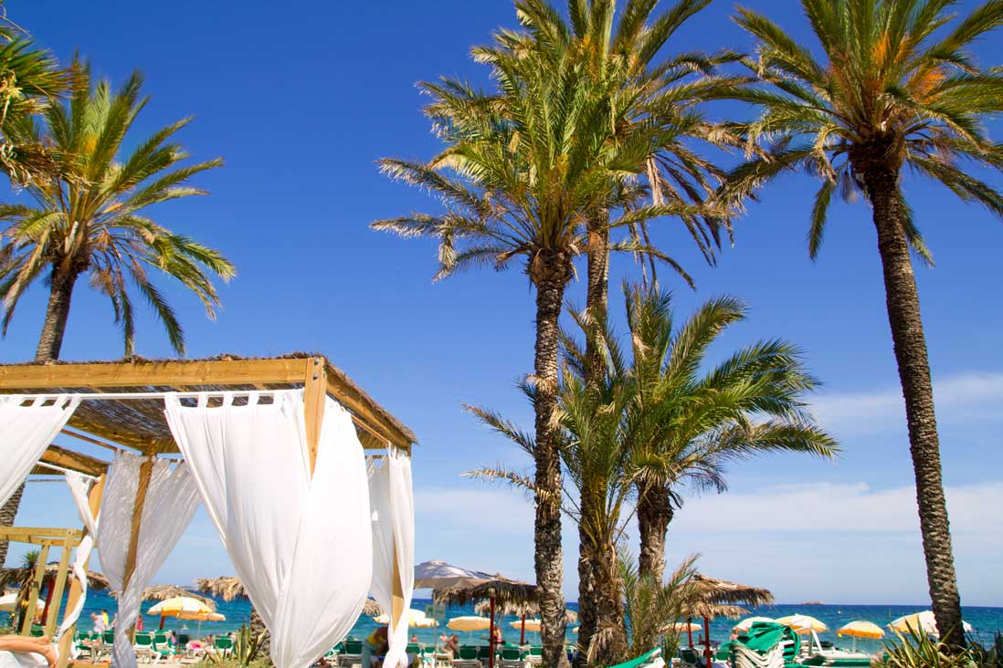 Playa den bossa de ibiza ciudad gu a de playas tripkay for El jardin de luz ibiza