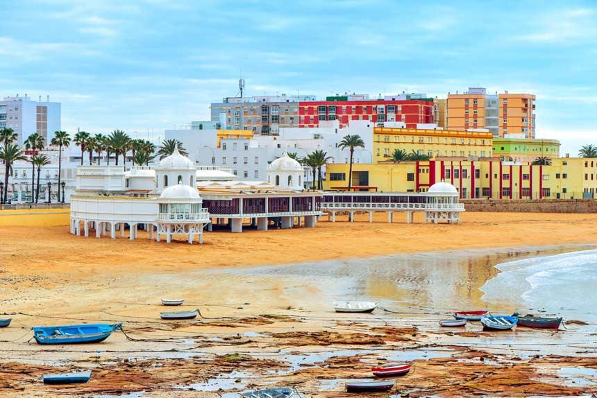 vista frontal de la playa de la caleta en Cadiz