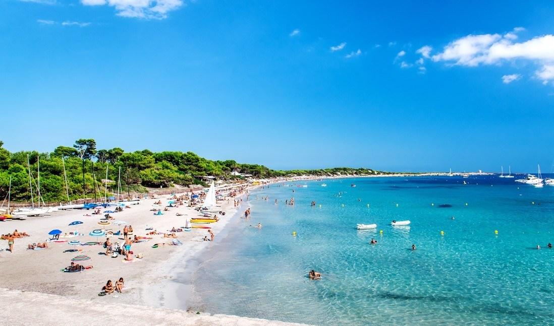 Bañistas en la Playa ses salines San Josep de la Talia