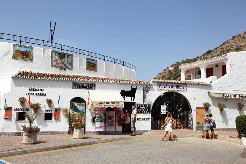 Entrada principal de la plaza de toros Mijas